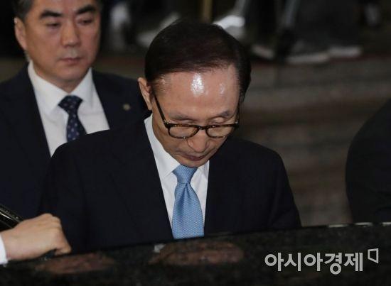 검찰 조사를 마친 이명박 전 대통령이 지난 15일 서울 서초동 서울중앙지검을 나서고 있다. /강진형 기자 aymsdream@