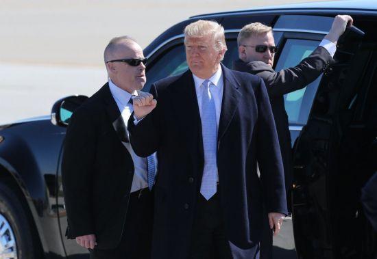 (워싱턴 AP=연합뉴스) 도널드 트럼프 미국 대통령(가운데)이 14일(현지시간) 미 미주리주 세인트루이스의 램버트국제공항에 도착, 지지자들에게 인사를 보내고 있다. 트럼프 대통령은 이날 미주리주에서 열린 모금만찬에서 한국과의 무역협상이 뜻대로 되지 않을 경우 주한미군 철수 카드를 꺼낼 수 있음을 시사하는 발언을 했다고 워싱턴포스트(WP)가 보도했다.