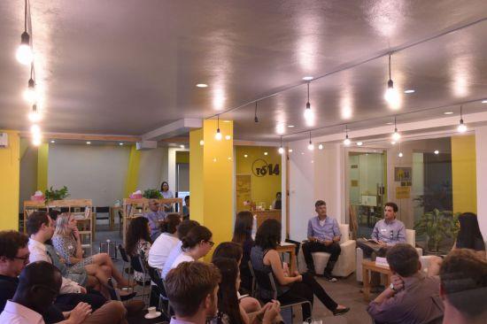 미국 노스캐롤라이나대 MBA 과정 학생들이 15일(현지시간) 하노이시 바딘구에 있는 HATCH의 공유오피스를 방문해 입주 스타트업 관계자들과 토론하고 있다.