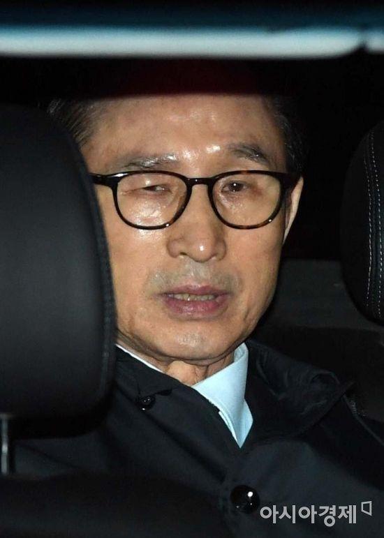 뇌물수수 등의 혐의로 구속영장이 발부된 이명박 전 대통령이 22일 서울 강남구 논현동 자택에서 호송차를 타고 동부구치소로 압송되고 있다./김현민 기자 kimhyun81@