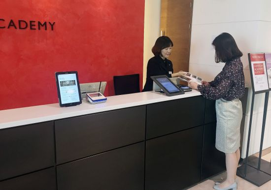 이달 초 신세계백화점 본점에 위치한 문화센터에서 한 30대 여성고객이 수강 신청을 하고 있는 모습