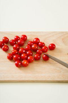 1. 방울토마토는 껍질에 칼집을 살짝 넣고 끓는 물에 20초 정도 데쳐 찬물에 담근다.