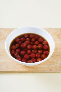 3. 용기에 방울토마토를 담고 매실청을 붓는다.  (Tip 2~3일이 지나 매실청에 토마토가 절여지면 냉장실에서 차게 보관했다가 건져 먹는다. 토마토를 건져 먹고 남은 매실청은 냉수를 타서 음료로 마시면 좋다.)