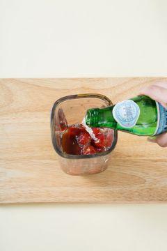 4. 매실청에 절인 토마토와 매실청을 함께 넣고 탄산수를 넣어 곱게 간다.
