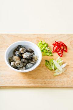 1. 바지락은 옅은 소금물에 담가 해감한다. 홍고추, 청양고추, 대파는 어슷하게 썬다.