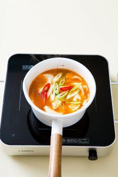 5. 홍고추, 청양고추, 대파를 넣고 한소끔 끓여 소금과 후춧가루로 간을 한다.
