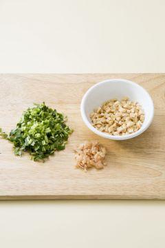 1. 초밥용 유부는 촉촉한 상태로 굵게 다진다. 참나물은 씻어서 체에 밭쳐 물기를 잘 빼서 송송 썬다. 초생강은 다진다.