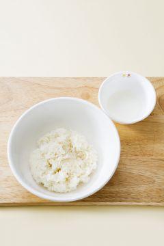 2. 달걀은 소금과 후춧가루로 간하여 잘 풀어 팬에 식용유를 두르고 재빨리 스크램블 한다.