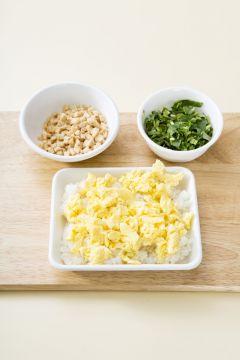 4. 그릇에 초밥을 담고 유부, 참나물, 달걀, 초생강, 통깨를 얹는다.
