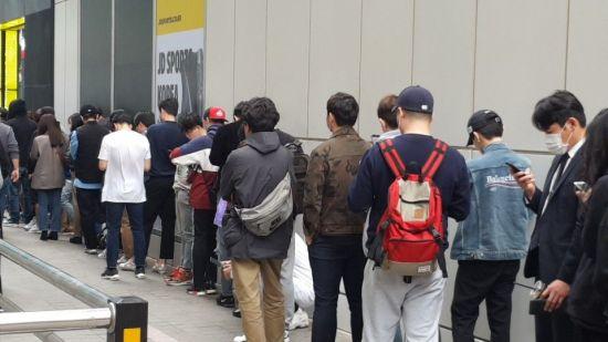 13일 강남역에 위치한 한 신발 매장이 한정판 운동화를 사려는 사람들로 장사진을 이뤘다.