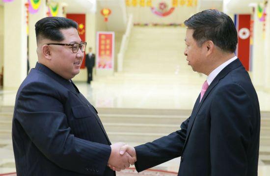 미국과 동맹국이 시리아를 공습한 지난 14일 김정은 북한 노동당 위원장이 방북 중인 중국 예술단 단장인 쑹타오(宋濤) 공산당 대외연락부장을 접견하고 악수하고 있다. [이미지출처=연합뉴스]