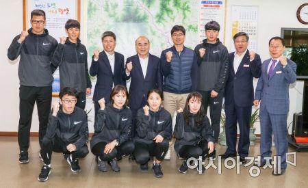 정현복 광양시장이 한국실업육상대회에 참가하는 선수들을 초청해 격려하고 있다.(사진=광양시 제공)
