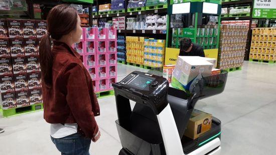 자율주행 쇼핑카트 '일라이'가 쇼핑 안내를 하고 있다.
