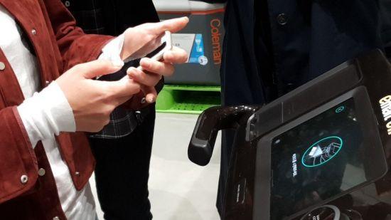 자율주행 쇼핑카트 '일라이'로 결제를 진행하고 있다.