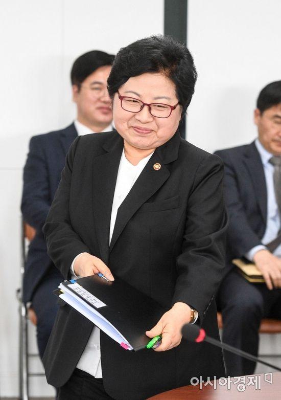 [포토] 회의실로 들어서는 정현백 여성가족부 장관