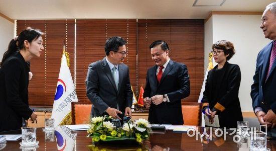 [포토] 베트남 재무장관과 인사하는 김동연 경제부총리