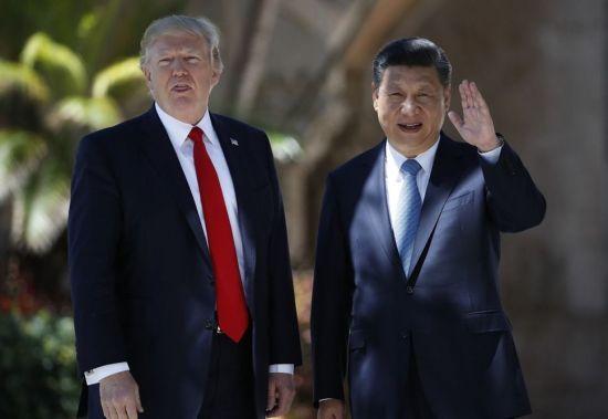 도널드 트럼프 미국 대통령(왼쪽)과 시진핑(習近平) 중국 국가주석이 지난해 4월 7일(현지시간) 미국 플로리다주 팜비치의 마라라고리조트에서 카메라를 향해 서 있다(사진=AP연합뉴스).