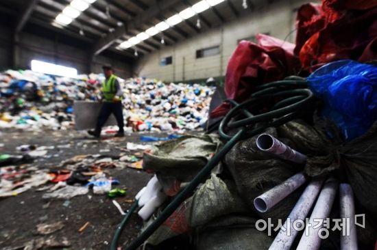 고무호스와 고철이 덩그러니 놓여 있다. 재활용 센터에서 재활용품을 찾는 일은 쉽지 않다. /문호남 기자 munonam@