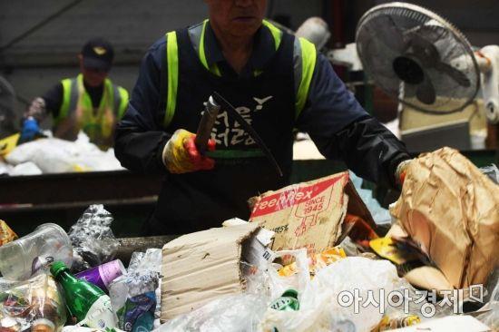 재활용 처리시설에서 근로자들이 컨베이어 벨트에서 재활용 선별작업을 하고 있다. /문호남 기자 munonam@