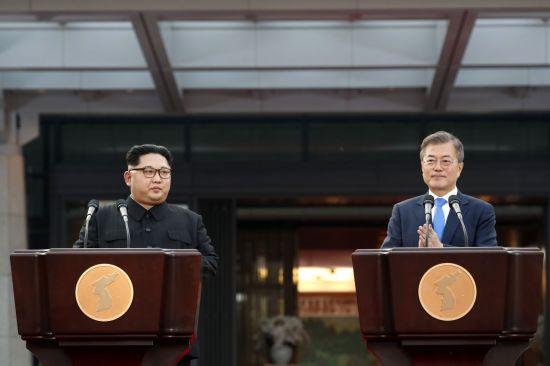 문재인 대통령과 김정은 국무위원장이 27일 오후 판문점 평화의 집 앞에서 판문점 선언을 발표하고 있다.  사진=판문점공동취재단