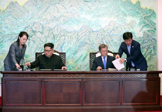 문재인 대통령과 김정은 국무위원장이 27일 오후 판문점 평화의 집에서 '판문점 선언문'에서 서명하고 있다.  사진=판문점 공동취재단