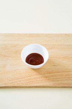 3. 분량의 양념장 재료를 골고루 섞는다. (고추장 1, 고춧가루 0.5, 설탕 0.5, 매실청 1, 식초 1.5)