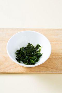 1. 불린 미역은 물기를 꼭 짜고 송송 썰어 맛술과 소금을 넣어 무친다.