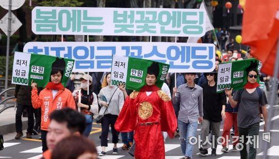 근로자의 날인 1일 서울광장에서 2018 세계노동자대회를 마친 민주노총 조합원들과 노동자들이 종로4가 방향으로 행진하고 있다./김현민 기자 kimhyun81@