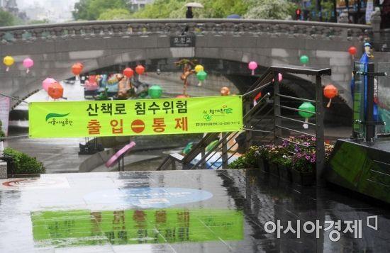 전국적으로 봄비가 내린 6일 서울 청계천에 산책로 침수위험으로 인한 출입통제 안내 현수막이 설치돼 있다. /문호남 기자 munonam@