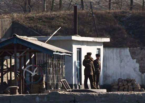 북중 접경지역인 신의주 압록강변에서 초소를 지키고 있는 북한 경비병들(사진=AP연합뉴스).
