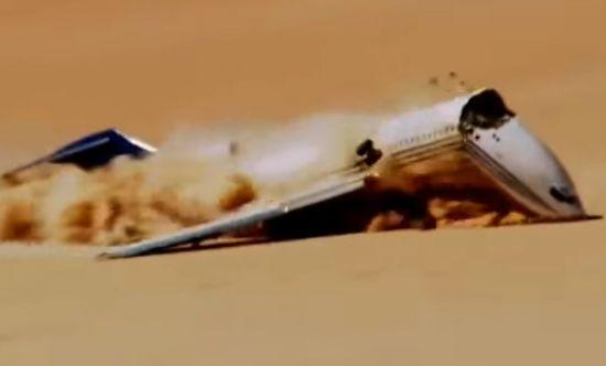 2012년 미 항공우주국(NASA)과 디스커버리채널의 비행기 불시착 시험 당시 비행기가 사막에 떨어지면서 앞 부분이 부서지는 모습.[사진=유튜브 화면캡처]
