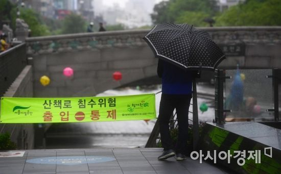 중부지방을 중심으로 시간당 30mm의 폭우가 내린 서울 청계천 산책로가 침수위험으로 출입이 통제되고 있다. /문호남 기자 munonam@