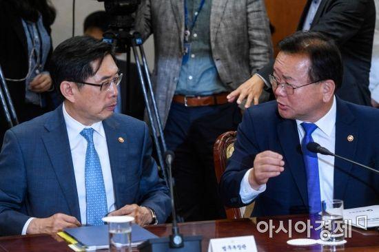 [포토] 대화하는 박상기 장관-김부겸 장관