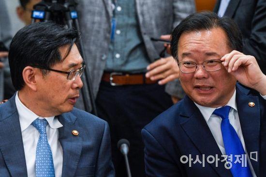 [포토] 의견 나누는 김부겸 장관-박상기 장관