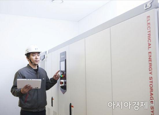 ▲LS산전 관계자가 에너지저장장치(ESS)용 전력변환장치(PCS)를 점검하고 있다. (제공=LS산전)