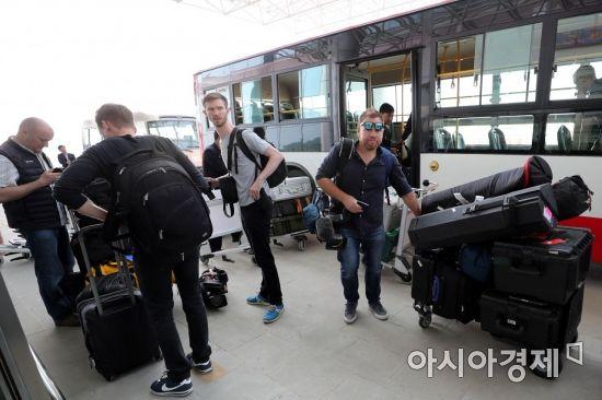 풍계리 핵실험장 폐기식 5개국 국제기자단이 26일 오전 북한 강원도 원산 갈마비행장으로 출국을 위해 도착, 짐을 옮기고 있다. /사진공동취재단