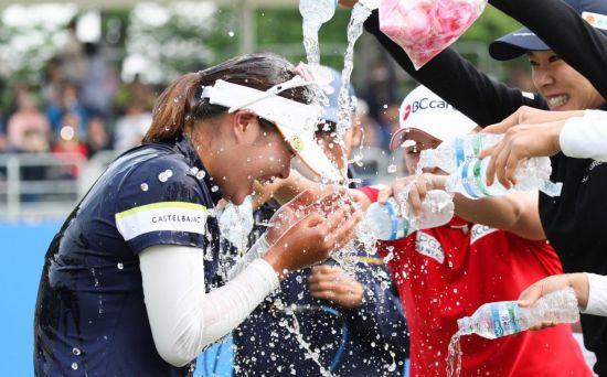 인주연이 NH투자증권 우승 직후 동료들의 축하 물 세례를 받고 있다. 사진=KLPGA