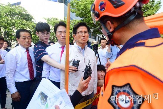 [포토]용산 건물 붕괴 상황 듣는 김문수 후보