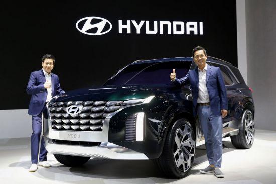 2018 부산국제모터쇼에서 현대자동차 대형 SUV 콘셉트카 'HDC-2 그랜드마스터 콘셉트'가 공개됐다. 이광국 현대차 국내영업본부장(오른쪽)과 이상엽 현대차 스타일링 담당 상무가 차량을 소개하고 있다.