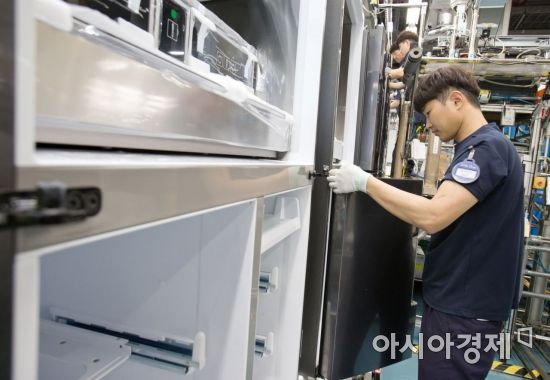 ▲삼성전자 광주사업장 프리미엄 냉장고 생산라인에서직원이 프리미엄 냉장고를 생산하고 있다. (제공=삼성전자)