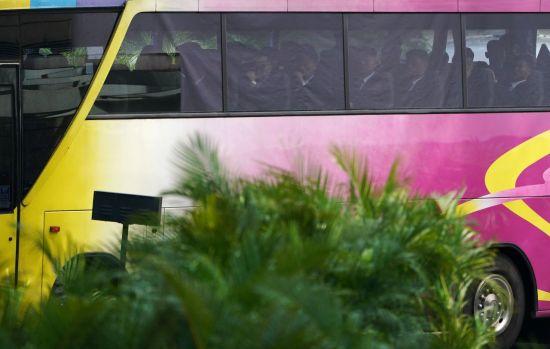 버스를 타고 이동 중인 북측 대표단 [이미지출처=로이터연합뉴스]