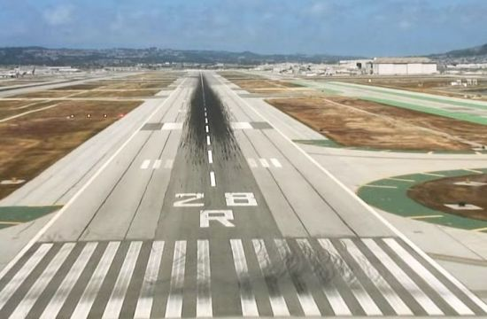 착륙 직전 비행기에서 바라보는 센프란시스코 공항의 활주로 모습.[사진=유튜브 화면캡처]
