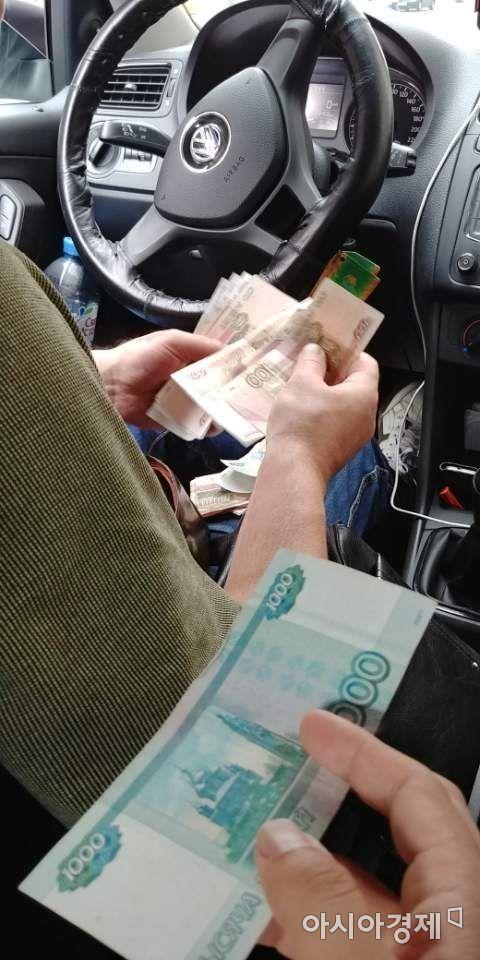 거스름돈을 주려고 지폐를 꺼내 세고 있는 택시기사 [사진=김형민 기자]