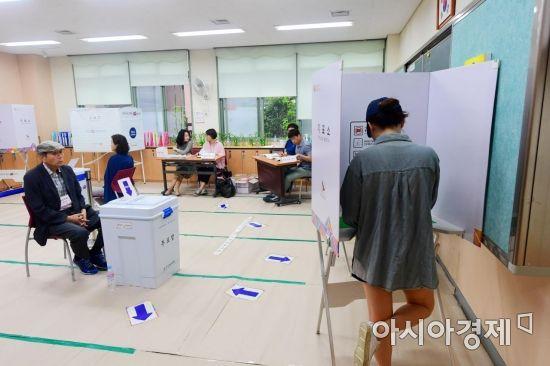 [포토]6·13 지방선거, 고민하며 투표