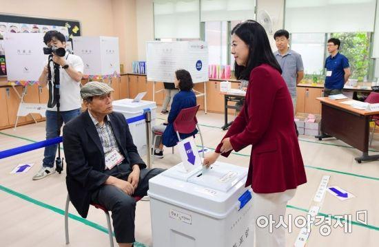 [포토]투표소 찾은 배현진 자유한국당 송파구을 국회의원 후보