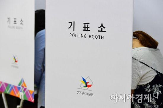 제7회 전국동시지방선거 및 국회의원 재·보궐선거일인 13일 서울 송파구 잠신초등학교에 마련된 투표소에서 시민들이 투표를 하고 있다. /문호남 기자 munonam@