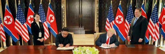 북한 노동신문은 12일 싱가포르에서 열린 북미정상회담에서 김정은 북한 국무위원장과 도널드 트럼프 미국 대통령의 공동성명 서명식 모습을 13일 보도했다. [이미지출처=연합뉴스]