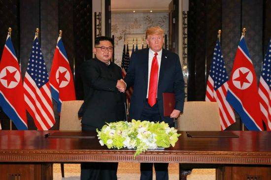 ▲지난 12일 싱가포르에서 열린 북미정상회담에서 김정은 북한 국무위원장(왼쪽)과 도널드 트럼프 미국 대통령이 공동성명서에 서명한 뒤 악수를 하고 있다. [이미지출처=연합뉴스]