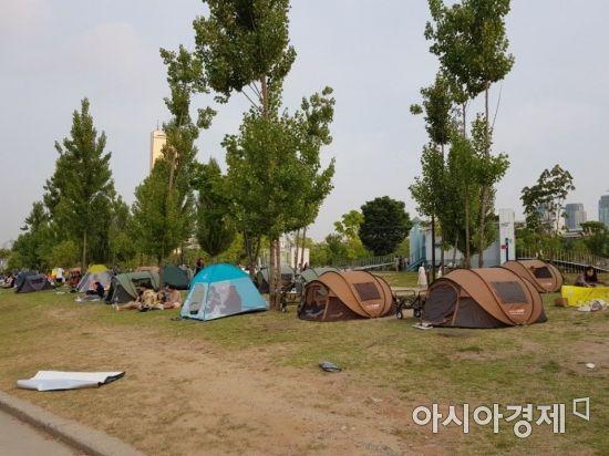 지난 8일 여의도 한강공원에 시민들이 텐트를 설치해뒀다.