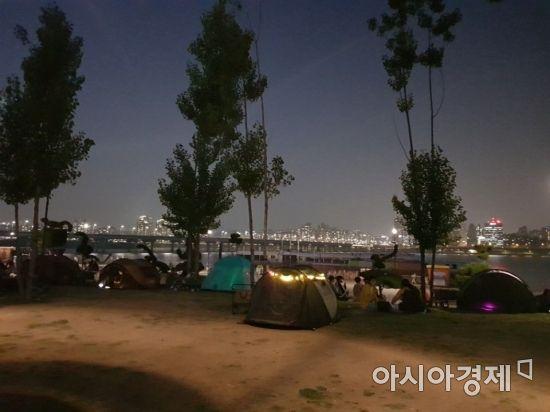 지난 8일 여의도 한강공원에 일몰 후에도 텐트가 설치돼 있다.